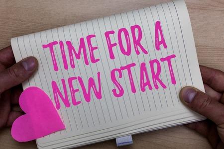 Schreibnotiz mit Zeit für einen Neuanfang. Business foto Präsentation Vertrauen der Magie der Anfänge von neuem Wiedergeburt Mann hält Notizbuch Papierherz romantische Ideen Holzhintergrund