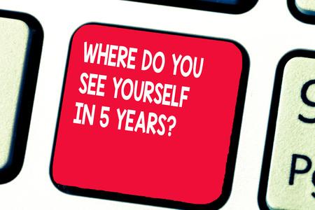 Écriture conceptuelle montrant où vous voyez-vous dans la question de 5 ans. Texte photo d'entreprise Objectif de carrière Définition de la cible. Banque d'images