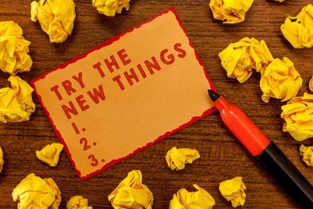 Handschriftliches Schreiben von Texten Probieren Sie die neuen Dinge aus. Konzeptbedeutung bricht die Lebensroutine ab Lernen Sie einige innovative Fähigkeiten. Standard-Bild