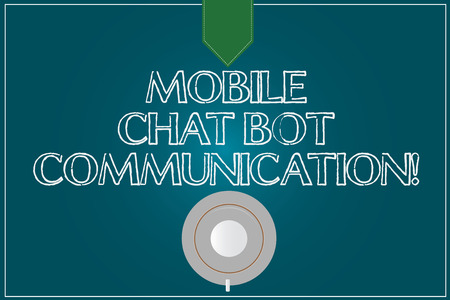 Tekst teken dat mobiele Chat Bot-communicatie weergeeft. Conceptuele foto Kunstmatige intelligentie Digitale dienst Koffiekopje Schotel Bovenaanzicht foto Reflectie op lege kleur Snap Planner