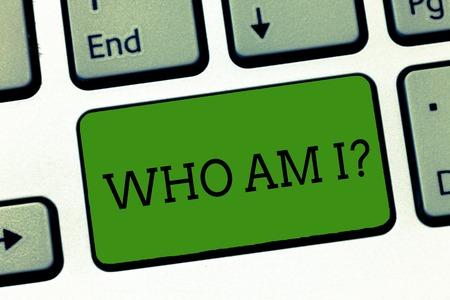 Conceptual hand writing showing Who Am I question. Business photo showcasing when being asked about your name status and nationality Keyboard Intention to create computer message keypad idea Banque d'images - 112903774
