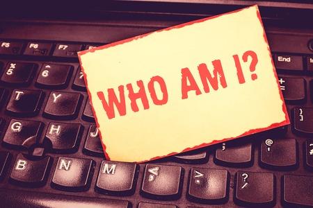 Schreiben Hinweis, wer bin ich Frage. Geschäftsfoto präsentiert, wenn Sie nach Ihrem Namensstatus und Ihrer Nationalität gefragt werden, ein Notizblock mit leerem Rand, der daran erinnert, zwischen den Tasten des Laptops eingefügt