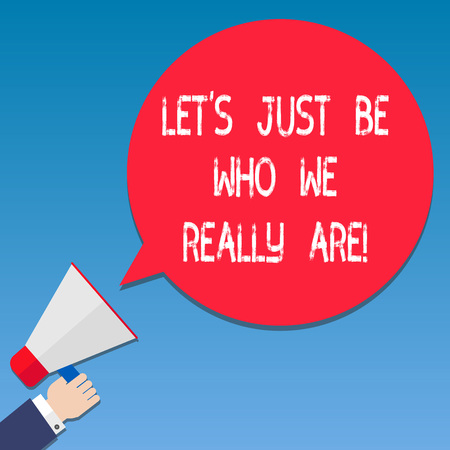 Escribir nota mostrando vamos a ser quienes realmente somos. Exhibición fotográfica de negocios Stay original individualidad análisis motivacional mano sujetando megáfono color bocadillo de diálogo Foto de archivo