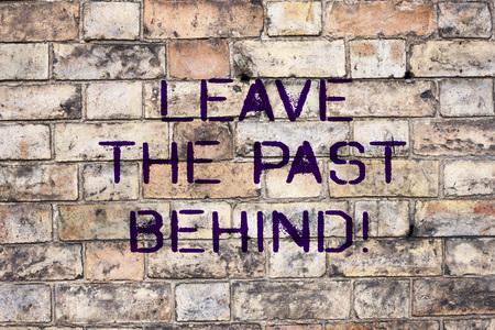 Texto de escritura dejar el pasado atrás. Concepto Significado No mirar hacia atrás siempre ir hacia adelante Motivación Foto de archivo