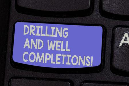 Textschild mit Bohrungen und Brunnenabschlüssen. Konzeptionelle foto Öl und Gas Petroleum Industry engineering Taste der Tastatur Absicht, Computernachricht zu erstellen, drücken Sie die Tastatur Idee Standard-Bild