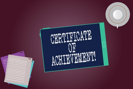 Wort schreiben Text Zertifikat der Leistung. Geschäftskonzept, um zu bescheinigen, dass eine außergewöhnlich gut durchgeführte Tablette leere Bildschirmtasse Untertasse und Füllblätter auf leerem Farbhintergrund gezeigt wird