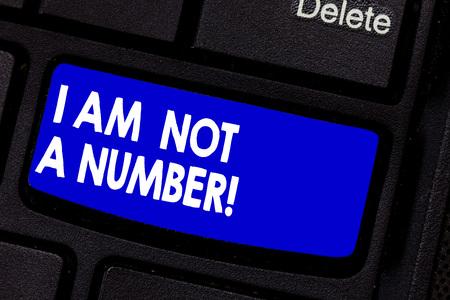 Handschrift Text schreiben Ich bin keine Nummer. Begriff Sinne Gleichberechtigung kämpfen für Ihre Rechte Individualität Respekt Taste der Tastatur Absicht Computer Nachricht zu erstellen, drücken Tastatur Idee Standard-Bild