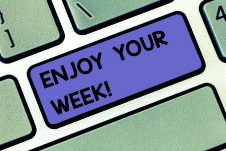 Texto de escritura a mano Disfrute de su semana. Concepto Significado Mis mejores deseos para el inicio de los días de la semana tienen días geniales Intención de la tecla del teclado para crear un mensaje de computadora presionando la idea del teclado