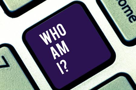 Handschrift Text schreiben Wer bin ich. Konzeptionelle Foto Selbstbewusstsein eigene Nachweisbarkeit Identitätszeichen Taste der Tastatur Absicht, Computernachricht durch Drücken der Tastatur Idee zu erstellen