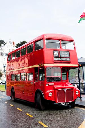 BIRMINGHAM, Großbritannien - März 2018 Roter Leerer Doppeldeckerbus für Touren geparkt neben dem Schuppen. Gelbe unterbrochene Linie auf der Straße gemalt. Zweistöckiges öffentliches Fahrzeug für den Massenverkehr