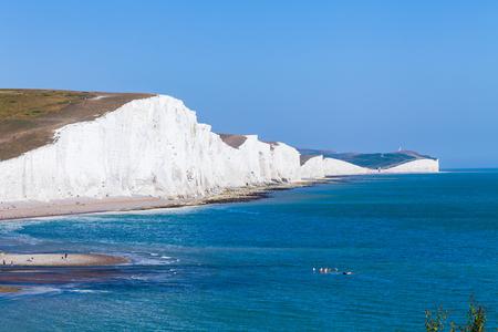 Imagen de fondo de los acantilados blancos de Dover. Hermoso día soleado en acantilados blancos de Dover en Gran Bretaña Foto de archivo