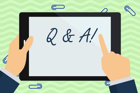Escribir nota mostrando Q y A. Concepto de negocio definido como preguntas y respuestas del empresario mano sosteniendo y apuntando a la pantalla colorida de la tableta Foto de archivo