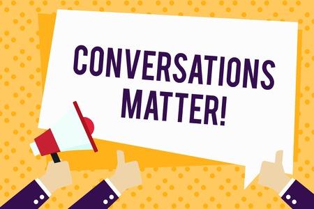 La scrittura della nota mostra la questione delle conversazioni. Il concetto di business per generare nuove e significative conoscenze Azione positiva Mano che tiene il megafono e gesticolando Thumbs Up Text Balloon Archivio Fotografico