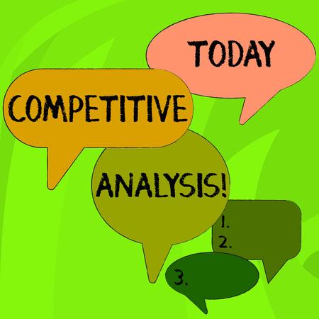 La main conceptuel montrant l'analyse concurrentielle. Sens Concept technique stratégique utilisée pour évaluer l'extérieur de la bulle de discours concurrent dans différentes tailles et discussion de groupe d'ombre Banque d'images