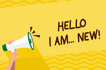 Parola di scrittura di testo Ciao io sono nuovo. Business photo vetrina utilizzato come saluto o per iniziare una conversazione telefonica Mano umana che tiene saldamente un megafono con icona audio e spazio di testo vuoto