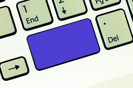 Concetto di affari Spazio vuoto della copia del modello isolato Materiale promozionale dei buoni dei manifesti. Tasto della tastiera Intenzione di creare messaggi di computer, premendo l'idea della tastiera