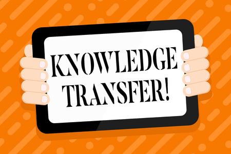 La main conceptuel montrant le transfert de connaissances. Signification du concept de partage ou de diffusion des connaissances et de l'expérience Smartphone Tablette Couleur avec écran de poche Retour de Gadget