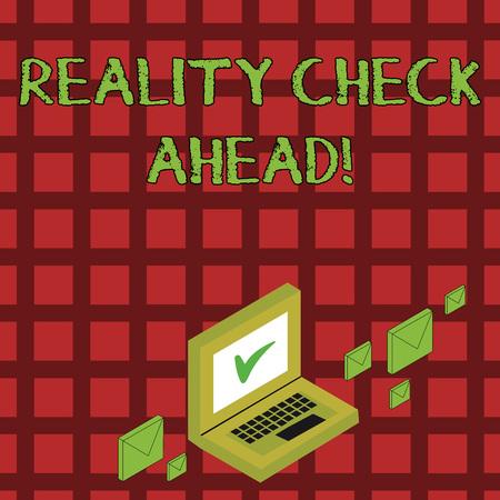 Escritura de texto Reality Check Ahead. La fotografía conceptual les hace reconocer la verdad sobre situaciones o dificultades Sobres de correo de color alrededor de la computadora portátil con el icono de la marca de verificación en la pantalla del monitor Foto de archivo