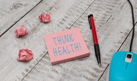 Signo de texto que muestra Piense en la salud. Foto de negocios que muestra el estado de completo bienestar físico, mental y social Equipo de escritura y mouse de computadora con hojas de papel en el escritorio de madera