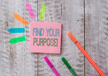 Text sign showing Find Your Purpose. Business photo text reason for something is done or for which still exists Plain note paper and line arrow stickers on the top of wooden table desk Banque d'images