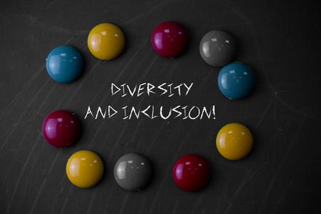 Schreiben Hinweis mit Vielfalt und Inklusion. Das Geschäftskonzept für die Reichweitenunterschiede umfasst das Geschlecht der ethnischen Zugehörigkeit