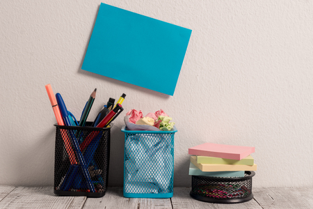 Blue Sticky Card on Wall Two Pencil Pots Mesh Paperclip Pot Stick Pad Notes 免版税图像