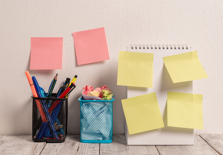 6 Sticky Notes on Wall Open Spiral Notebook 2 Pencil Pots on Work Desk 版權商用圖片