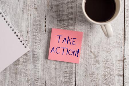 L'écriture de texte Word passer à l'action. Photo d'entreprise présentant faire quelque chose d'officiel ou concerté pour atteindre l'objectif avec problème à l'arrêt placé à côté d'une tasse de café noir au-dessus de la table en bois