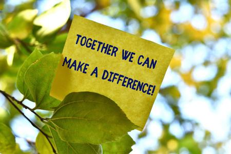 Woord schrijven tekst Samen kunnen we een verschil maken. Zakelijke fotopresentatie is op de een of andere manier erg belangrijk als team of groep Stuk vierkant papier om notatie op boomblad te geven onder zonnige dag Stockfoto
