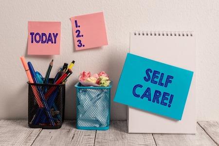 Schreiben Hinweis mit Self Care. Geschäftskonzept für die Praxis, Maßnahmen zu ergreifen, um die eigene Gesundheit zu erhalten oder zu verbessern Haftnotizen-Karte an der Wand Spiralblock 2 Mesh-Bleistift-Töpfe Schreibtisch