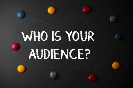 Signe texte montrant qui est votre question d'audience. Photo d'entreprise présentant qui regarde ou écoute des pierres de forme ronde et plate avec les mêmes tailles coller à l'ancien tableau noir de craie Banque d'images