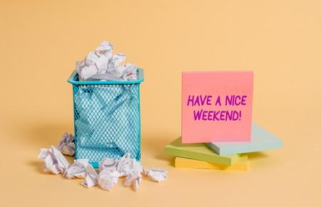 Escritura a mano conceptual mostrando que tengas un buen fin de semana. Concepto Significado desearle a alguien que suceda algo agradable vacaciones papel arrugado y papel estacionario colocado en la papelera