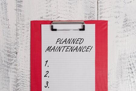 Signe texte montrant la maintenance planifiée. Texte photo d'entreprise Vérifications à faire programmées sur une base régulière Presse-papiers de couleur feuille de papier vierge vieux rétro en bois vintage background