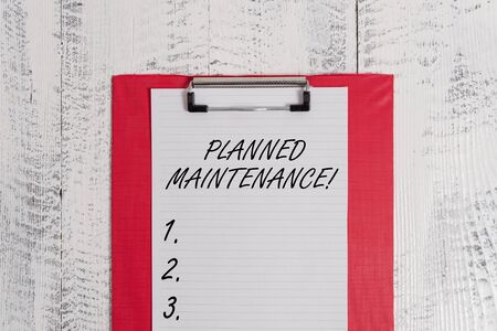 Signo de texto que muestra el mantenimiento planificado. Foto y texto de negocios Revisiones a realizar programadas de forma regular Hoja de papel en blanco de portapapeles de colores antiguo fondo vintage de madera retro