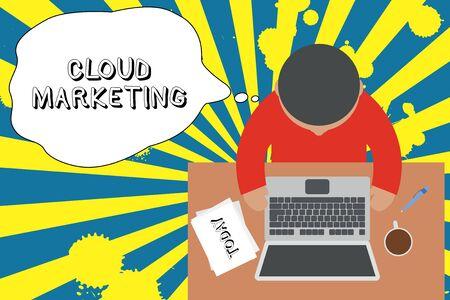 Écrit remarque montrant Cloud Marketing. Concept d'entreprise pour le processus d'une organisation pour commercialiser leurs services Vue supérieure jeune homme assis table ordinateur portable documents tasse à café stylo
