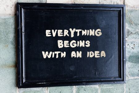 Schreibnotiz, die zeigt, dass alles mit einer Idee beginnt. Geschäftskonzept für Schritte, die Sie unternehmen, um eine Idee in die Realität umzusetzen
