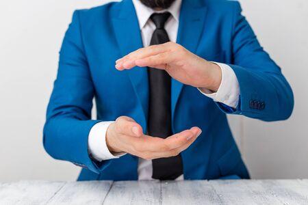 L'homme tient du papier vide avec un espace de copie devant lui. Espace blanc pour le message publicitaire. Banque d'images
