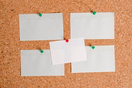 Tableau en liège couleur taille papier épingle punaise feuille d'affichage panneau d'affichage Banque d'images