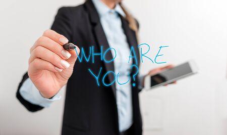 Schreiben Sie eine Notiz mit der Frage, wer Sie sind. Geschäftskonzept für die Frage nach dem Nachweis von Identität oder demonstrierenden Informationen Digitales Geschäft im schwarzen Suite-Konzept mit Geschäftsfrau