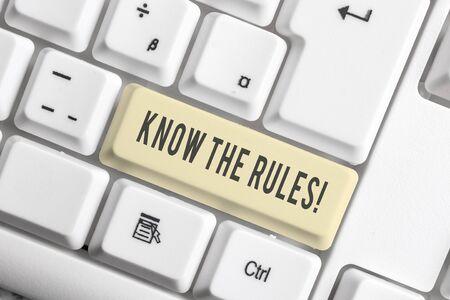 Handschriftlicher Text Kennen Sie die Regeln. Konzeptionelle Foto-Set explizite oder Regulierungsgrundsätze für das Verhalten Weiße PC-Tastatur mit leerem Notizpapier über weißem Hintergrund-Tastenkopierraum