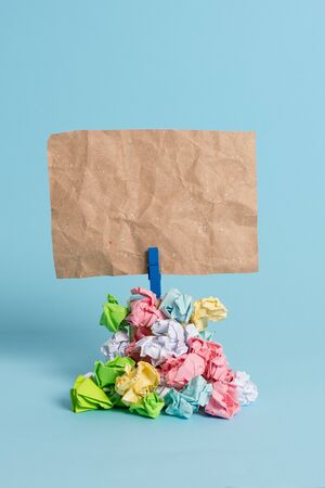 Reminder pile colored crumpled paper clothespin reminder blue background 免版税图像