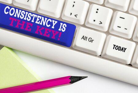 Escritura de texto Word la consistencia es la clave. Foto de negocios mostrando rompiendo los malos hábitos y formando los buenos Teclado de pc blanco con papel de nota vacío sobre el espacio de copia de clave de fondo blanco Foto de archivo