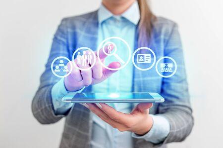 Lady front presentando mano azul resplandor futurista tecnología moderna tecnología look Foto de archivo
