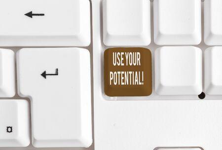 Écrit remarque montrant Utilisez votre potentiel. Concept d'entreprise pour atteindre autant de capacités naturelles que possible Clavier pc blanc avec papier au-dessus du fond blanc