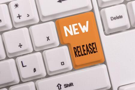 Signe texte montrant la nouvelle version. Texte photo d'entreprise annonçant quelque chose d'intéressant produit récent Clavier pc blanc avec papier vide au-dessus de l'espace de copie de la clé de fond blanc
