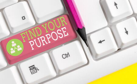 Text sign showing Find Your Purpose question. Business photo showcasing reason for something is done or for which exists White pc keyboard with empty note paper above white background key copy space Stockfoto - 129271612