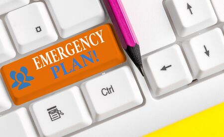 Writing note showing Emergency Plan. Business concept for actions developed to mitigate damage of potential events White pc keyboard with note paper above the white background Stockfoto - 129287914