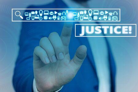 Signe texte montrant la justice. Photo d'entreprise présentant un ajustement impartial des réclamations ou des affectations contradictoires Les hommes portent un costume de travail formel présentant une présentation à l'aide d'un appareil intelligent Banque d'images