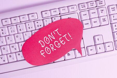 Handschrift Text schreiben Don T vergessen. Konzeptionelles Foto, das verwendet wird, um jemanden an eine wichtige Tatsache oder ein Detail zu erinnern Leerer Kopierraum, rote Notizpapierblase über der PC-Tastatur für Textnachrichten