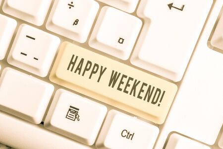 Handwriting text Happy Weekend. Conceptual photo something nice has happened or they feel satisfied with life White pc keyboard with empty note paper above white background key copy space Standard-Bild - 129360682